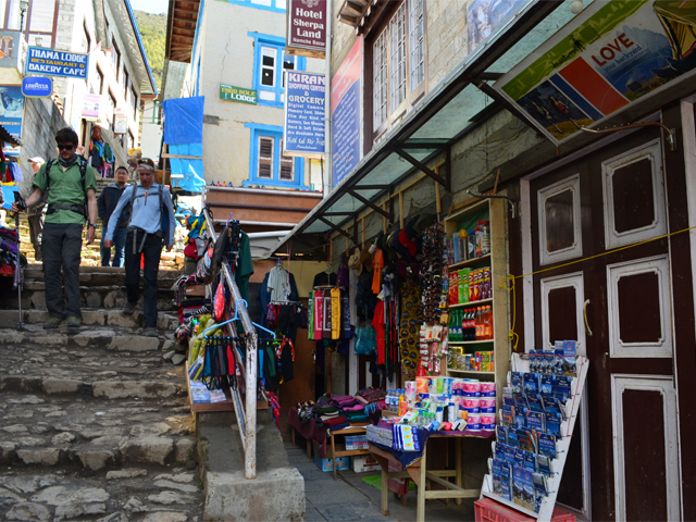 stores-open-in-namche-after-the-first-quake